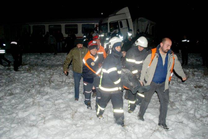 Kütahya'da yolcu treni çarpıştı