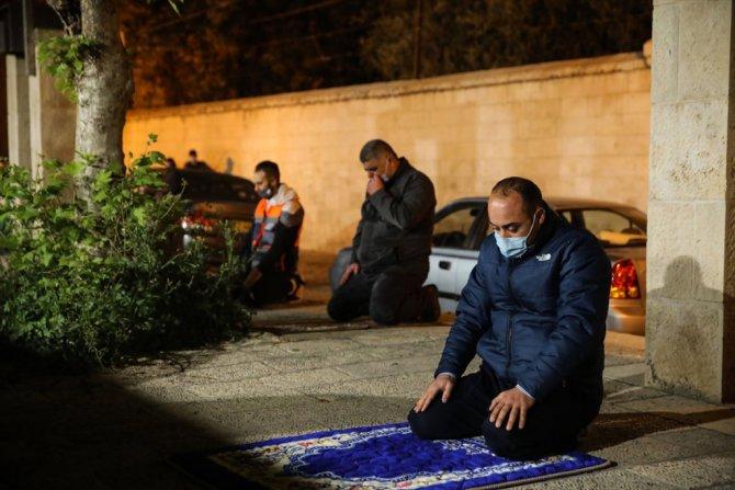 Doğu Kudüslüler teravih namazını Mescid-i Aksa'nın kapılarında kılıyor