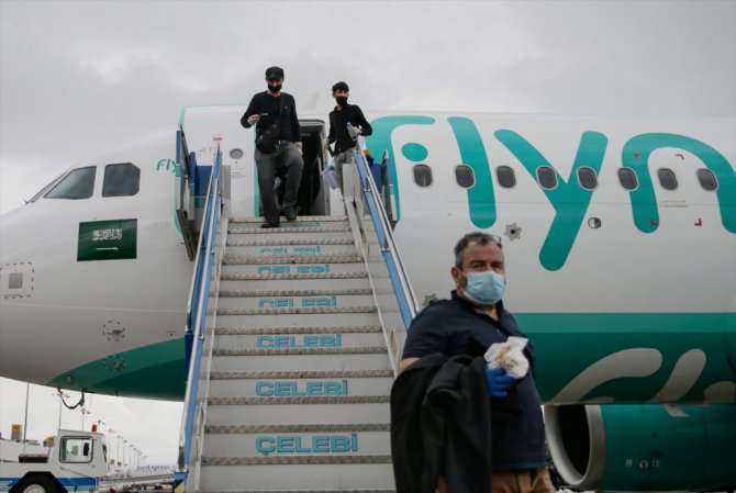 Suudi Arabistan'daki 169 Türk vatandaşı THY uçağıyla İzmir'e getirildi