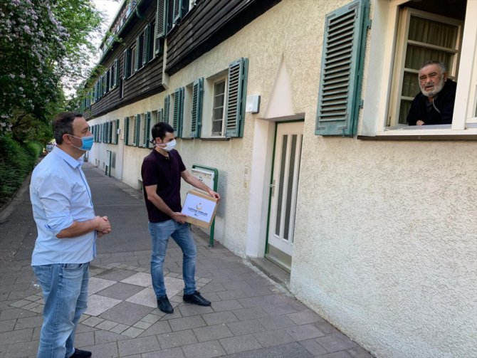 Almanya'da gençlerden dedelerine Ramazan Bayramı hediyesi